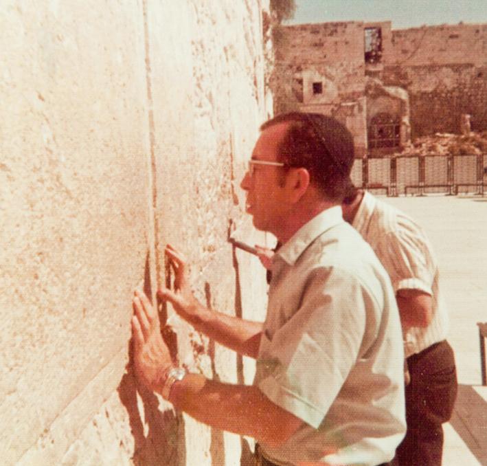 הרב צבי אריה רוזנפלד זל מתפלל בכותל המערבי