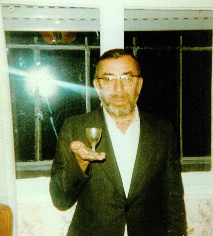 הרב צבי אריה רוזנפלד מקדש על היין