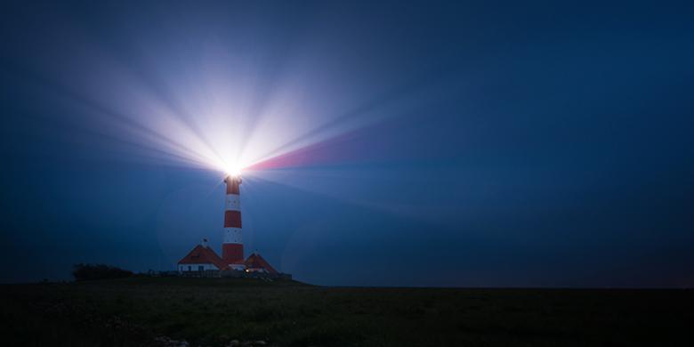 כמו מגדלור מגדל של אור שמפיץ אור ומסייע בניווט ושייט בים כך הוא הצדיק