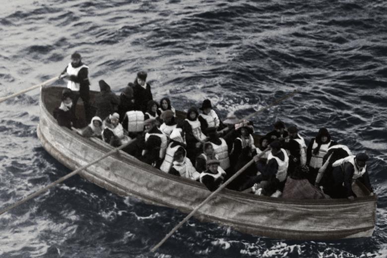 סירת הצלה של הטיטניק עם ניצולים ששרדו את הטביעה