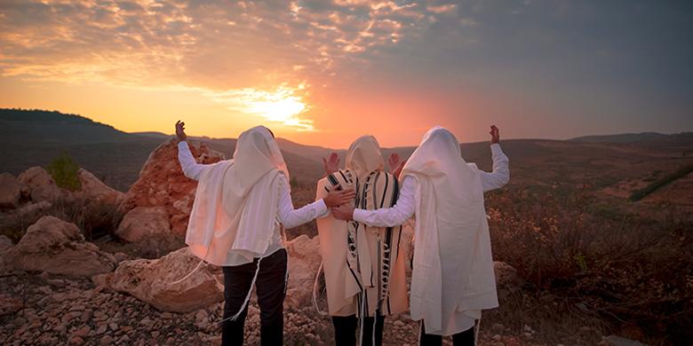 עיקר היהדות היא פשטות ותמימות חכמות אין צריכים רבי נחמן מברסלב, יהודים מתפללים לבורא עולם