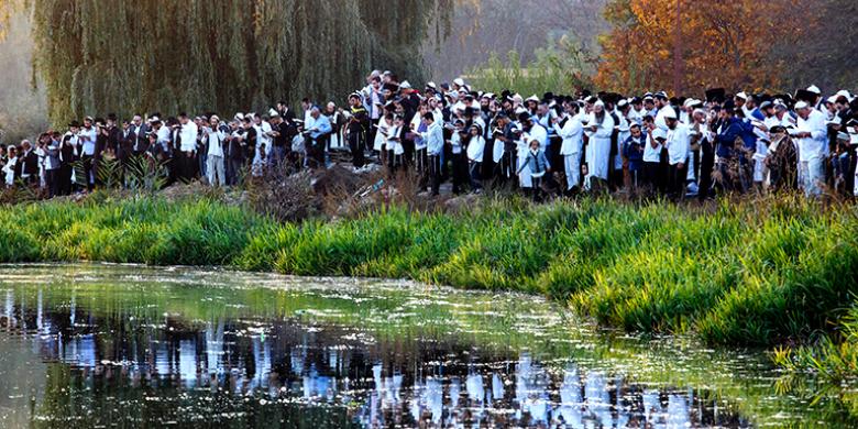 אמירת תשליך בראש השנה בנהר שבעיירה אומן